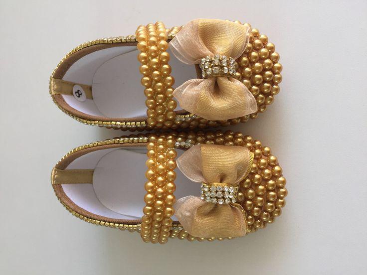 Lindo sapatinho customizado em pérolas. Acabamento impecável e muito…
