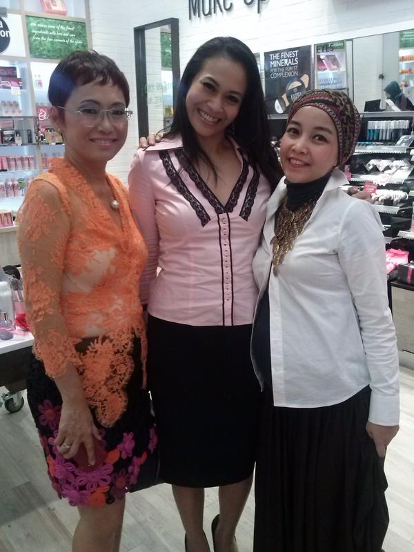 Suzy Hutomo with Zoya Amirin and Iim fahima at The Body Shop store before Lenny Agustin show