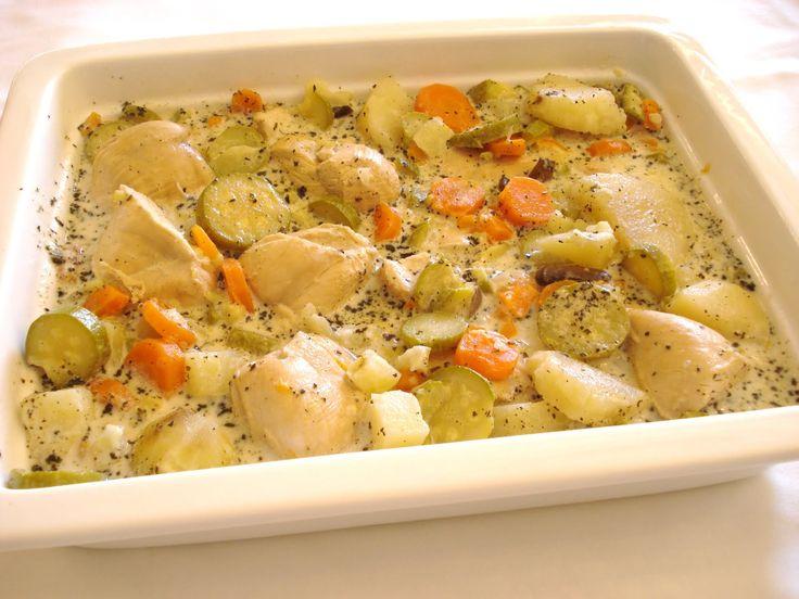 Sült csirke tejszínes zöldségraguval, remek étel gyorsan a sütőből!