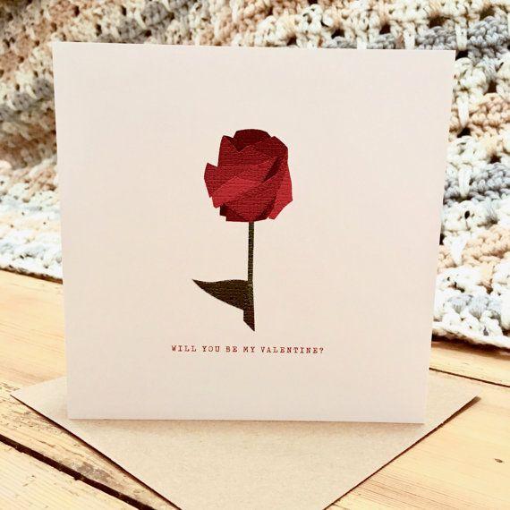 Geometrische Valentines dag Rose Card/Perfect voor hem of haar  Deze prachtige roze kaart is geïnspireerd door origami is een perfecte manier om dat speciaal iemand vragen om te worden uw Valentine de dag van Valentijnskaarten.  -Enkele kaart -148 x 148 mm -Professioneel afgedrukt op kwaliteit witte zijde 340gsm kaart -Blanco binnenin voor uw eigen bericht -Zal u be my Valentine? afgedrukt op de voorzijde -Includes 1 bruin kraft envelop