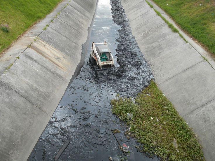 Un total de 1.188 metros de los 1.361 que componen el canal Castilla, han sido intervenidos por el personal operativo y técnico de Aguas de Bogotá (Convenio 008 de 2015), que aliados con la comunidad de Tintal, han desarrollado acciones en esta zona de la ciudad.  Desde el pasado 2 de diciembre, y para dar respuesta a los requerimientos de los habitantes, AB, inició las labores de limpieza, extracción de residuos mixtos, deshierbe y corte de césped en el canal Castilla. Acá el durante.