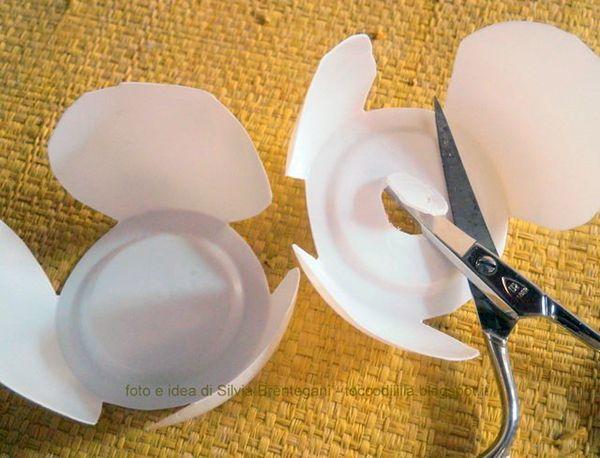 Riciclo creativo: Recupera i vasetti dello yogurt e trasformali in dei fiori primule, da usare per decorare la casa! Un tutorial di Tocco di Lìllà per www.cucicucicoo.com