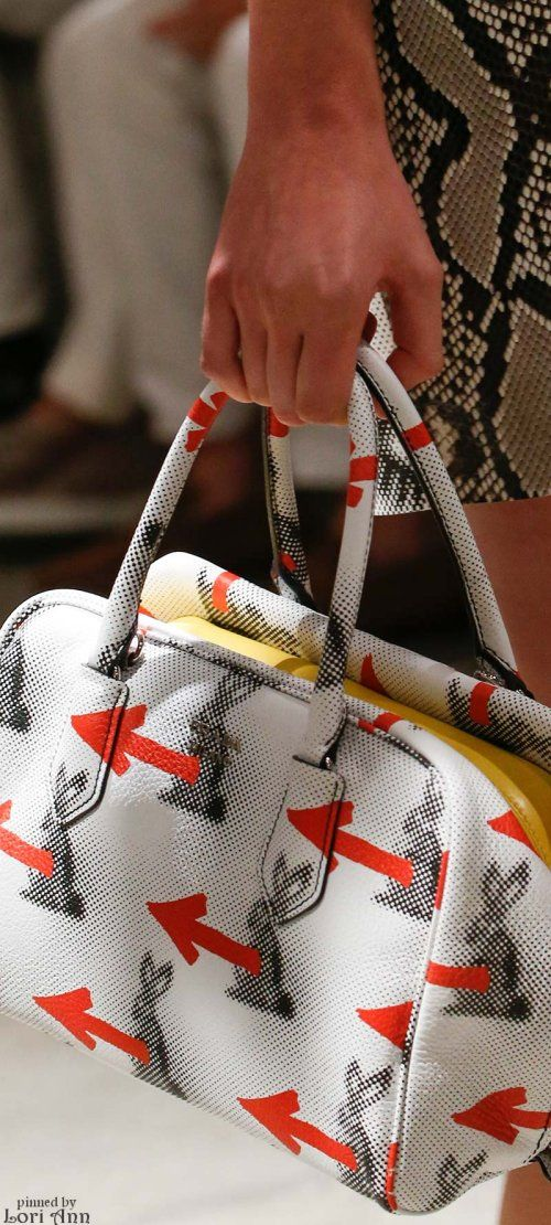 Prada Spring 2016 molto interessante il motivo decorativo della borsa