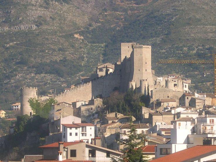 Itri, piccola città in Provincia di Latina a 150 chilometri da Roma, ha tanto da raccontare. E ha tanto da offrire ai turisti che la vogliono visitare. Posta a 170 metri sopra il livello del mare, è stata fin dall'epoca neolitica sede di insediamenti umani ma è nel medioevo, tra il X e l'XI secolo, …