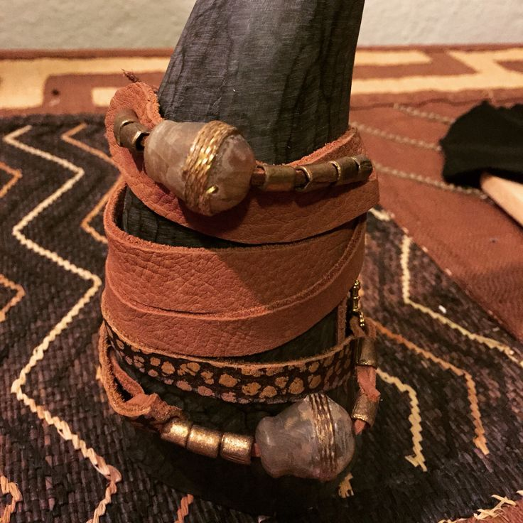Bracelet in leather with antique beads