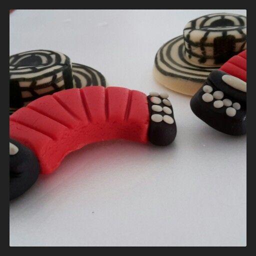Sombrero vueltiao Colombiano y acordeón vallenato en mazapán. Repostería