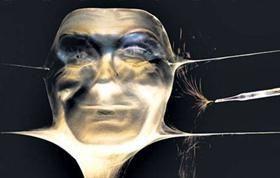 Al ser rociada sobre una máscara con carga eléctrica, una solución con fibras de polímeros adopta su forma