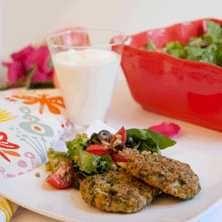 Broccolibiffar med matig sallad och kall sås - Recept - Tasteline.com