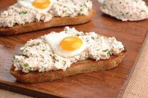 Quem gosta de refeições rápidas? Tostas de alho com patê de frango e ovos de codorniz