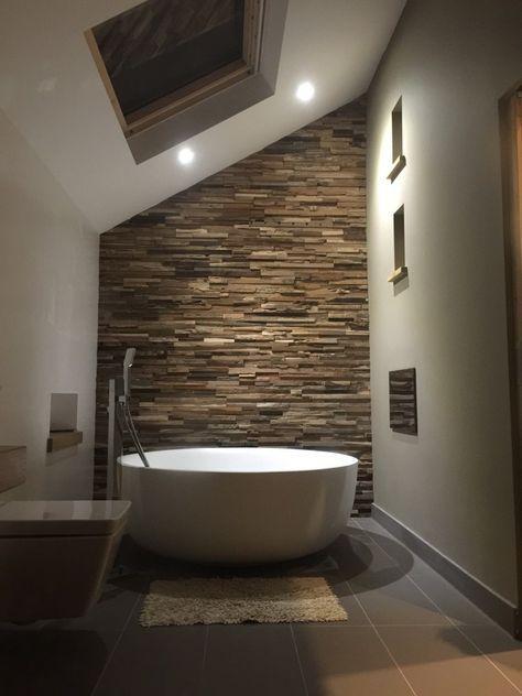 Badezimmer Mit Freistender Badewanne Und Einer XXL Wand Mit Naturstein  Bricks Braun. #Bricks #