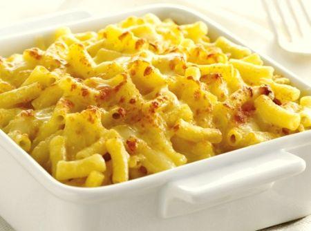 Receita de Macarrão com Queijo (Mac and Cheese) - macarrão, o creme de leite fresco, a noz-moscada, o sal, a pimenta-do-reino, a cebola picada, o queijo parmesão e a mussarela ralados. Coloque...
