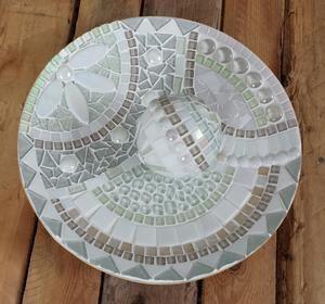 Bamboe schaal, 30 cm doorsnee, beplakt met glasmozaïek in diverse witte tinten. Bal is van tempex.