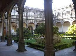 78. El arzobispo ALONSO III DE FONSECA, también fundó el COLEGIO SANTIAGO ALFEO en Santiago de Compostela. Proyectado por JUAN DE ÁLAVA,  ALONSO DE COVARRUBIAS reviso le proyecto en 1532, y, terminado por RODRIGO GIL DE HONTAÑÓN EN1543. Cuenta un bello claustro rectangular de doble piso semejante al salmantino. La portada se alza a modo de arco triunfal