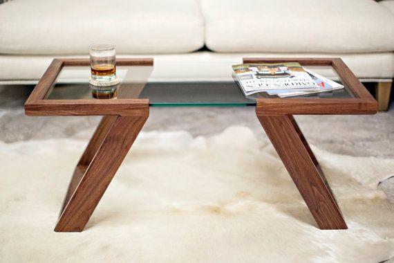 La Table basse Evans est la pierre angulaire de notre Collection Evans. À la main, fabriquée à partir de noyer noir massif, la table est finie avec 5 couches à la main-frotté de notre mélange unique/vernis à l'huile qui ouvre la beauté naturelle du grain. Caractéristique la plus attrayante de la table est la 3/8 surface en verre épais «flottants», conçue pour lui donner un équilibre visuel parfait pour compléter ses environs.  Comme chaque espace de vie a son propre des éléments ...