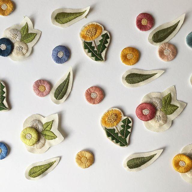 仕立て待ちの子たち。 #暮らし #日々 #刺繍 #刺繍ブローチ #embroidery #花 #nukumori