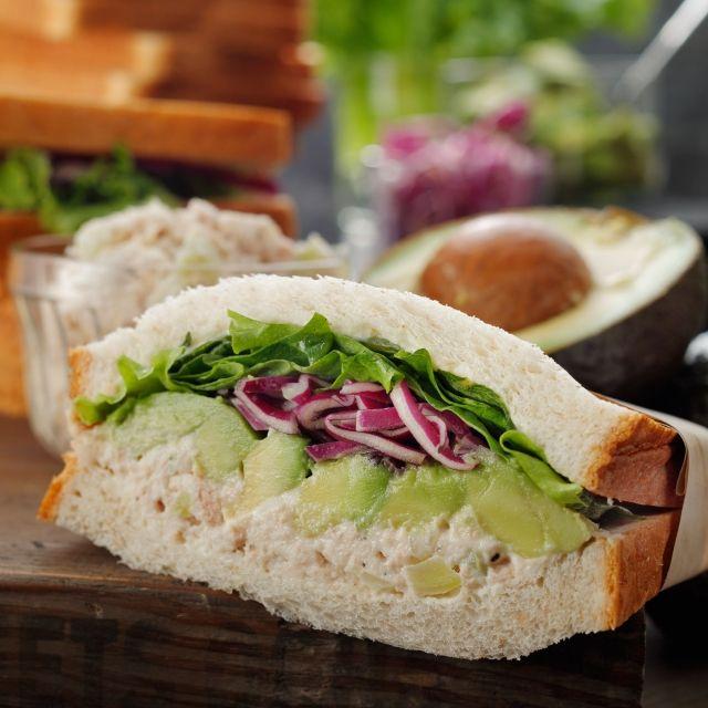 スターバックス コーヒー ジャパンのアボカド&ツナサンドイッチについてご紹介します。