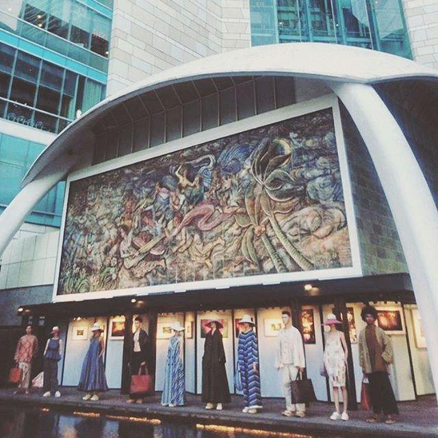 """Bakti Budaya Djarum Foundation bersama desainer Edward Hutabarat mempersembahkan sebuah pameran bertajuk """"Tangan-Tangan Renta"""" yang menampilkan karya fotografi video instalasi living dan fashion serta fashion show yang mengangkat kain lurik sebagai salah satu bentuk wastra nusantara. Pameran ini berlangsung dari tanggal 23 - 28 Agustus 2017 di Pelataran Ramayana Hotel Indonesia Kempinski Jakarta.  via HARPER'S BAZAAR INDONESIA MAGAZINE OFFICIAL INSTAGRAM - Fashion Campaigns  Haute Couture…"""