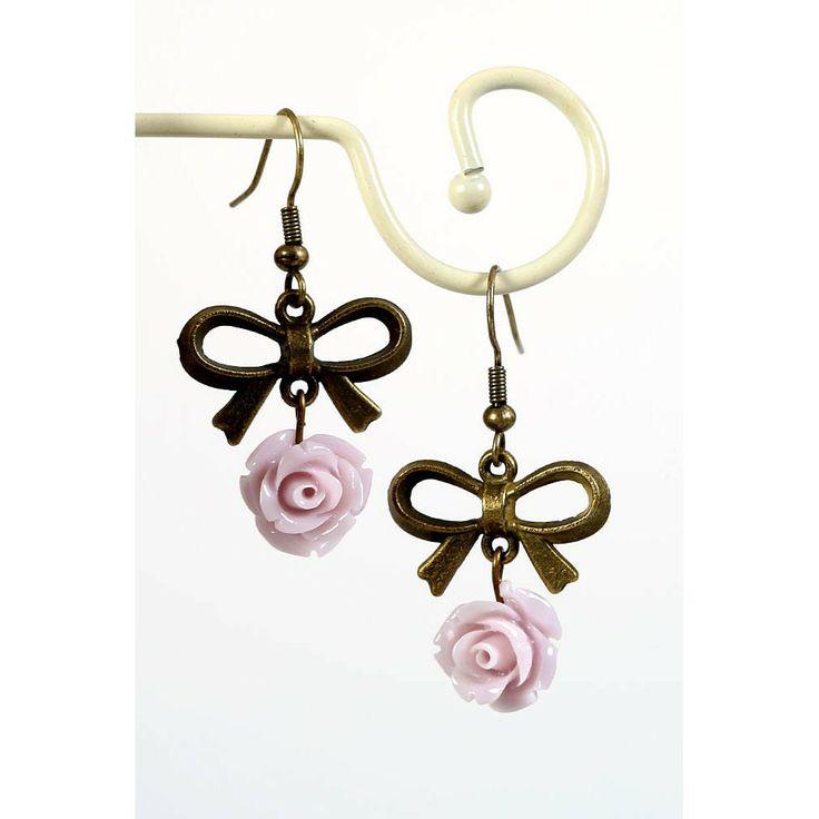 Oorbellen met oud roze roosjes en opvallende strik - http://www.onlinejuwelenkopen.be/Retro-oorbellen-met-oud-roze-roosjes-en-opvallende-strik