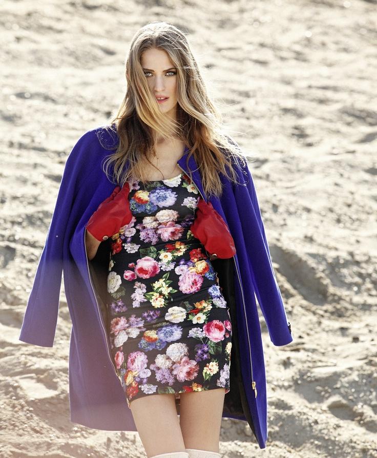 Virágmintás ruha lila kabáttal. Fotó: Emmer László / Flower-patterned dress with purple coat. Photo by László Emmer. Published in Éva Magazine.