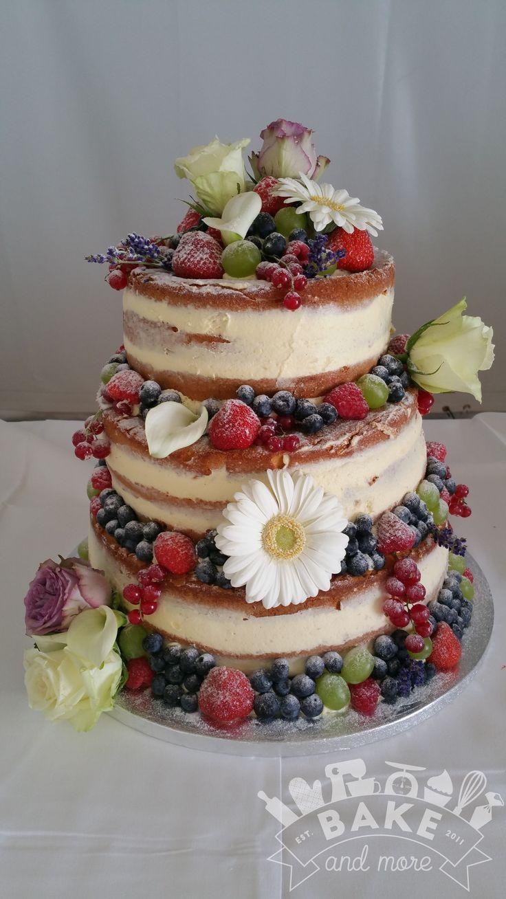 Bruidstaart, naked cake met vers fruit en verse bloemen, wedding cake, fresh fruits and flowers