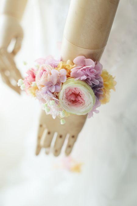 手首を飾る花のリストレットと動きのある大小の花の花冠。ともに二次会のために、日比谷パレスさまへ。6月8日の単発レッスンは、ひとまず現在打診をいただいている...