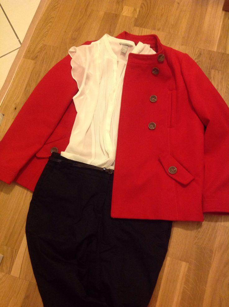 Blanc et noir, un look classique pour le bureau. Chemisier h&m fluide blanc, plissé devant, avec un pantalon Zara droit noir, une ceinture vernie pour un peu de modernité et un petit manteau court rouge pour la couleur, de la redoute. Idéal pour les réunions, déplacements, les voyages pro.