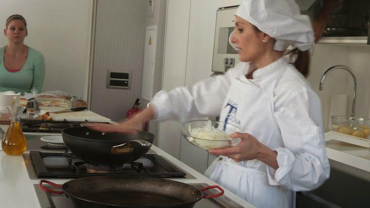 Sonia Fuentes durante la sesión de cocina Periodismo Gastronómico y Nutricional UCM, Escuela de Cocina TELVA, 15.03.2014. Imagen Nuria Blanco @nuriblan, @UCMgastro.