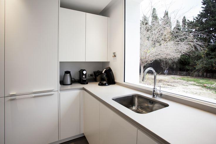 Una gran bancada y un rincón donde poner los pequeños electrodomésticos que usamos cotidianamente. Cocimed, distribuidor oficial de Cocinas Santos en Alicante