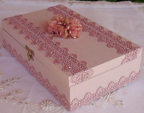 Caixa em MDF forrada com tecido 100% algodão. Revestida com bordado inglês e strass. Flore em cetim e organza acima da caixa.