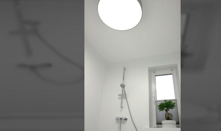 runde Deckenleuchte, große Deckenleuchte, riesige Deckenleuchte, Design Lampen, Lampen Bad, puristisches Design, silberne Deckenleuchte, Dusche ohne Fliesen