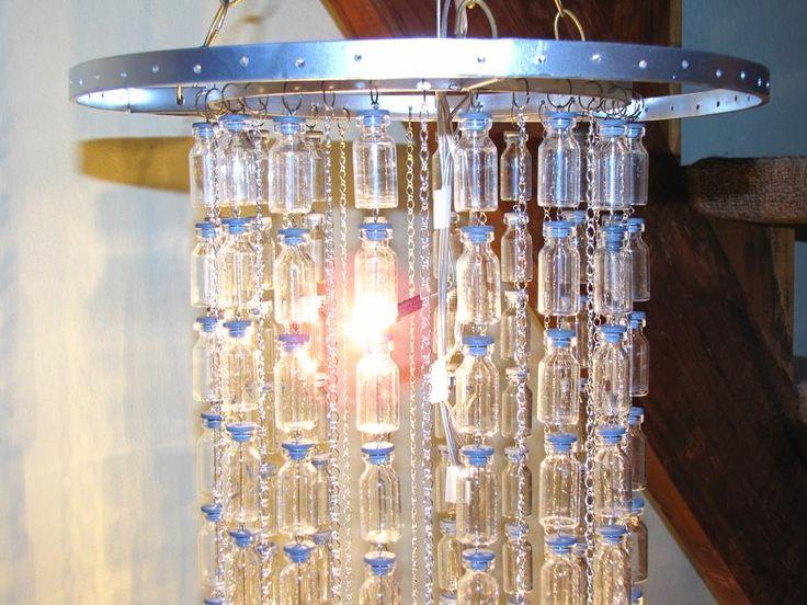 Hacer lámpara araña con caireles hechos de botellitas.