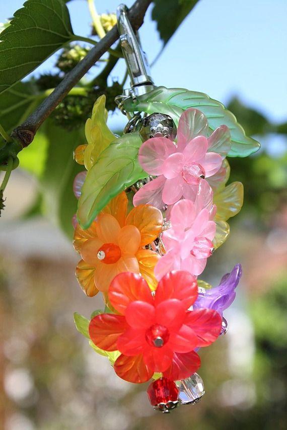 """Bijou de sac composé de fleurs et de perles en verre multicolores agencées en grappe compacte : """"Grappe de fleurs printanières"""""""