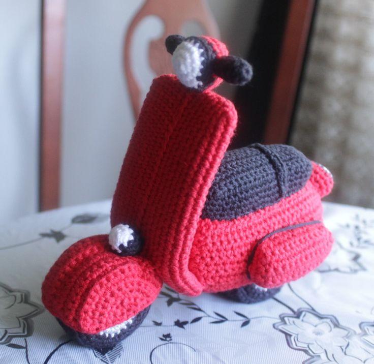 moto vespa,hecha con la tecnica del amigurumi.Esta en ...