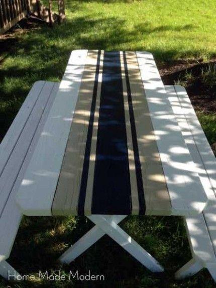 Verf je picknick tafel in een Frans geïnspireerd motief. Zo lijkt het net alsof er een tafelloper op ligt.