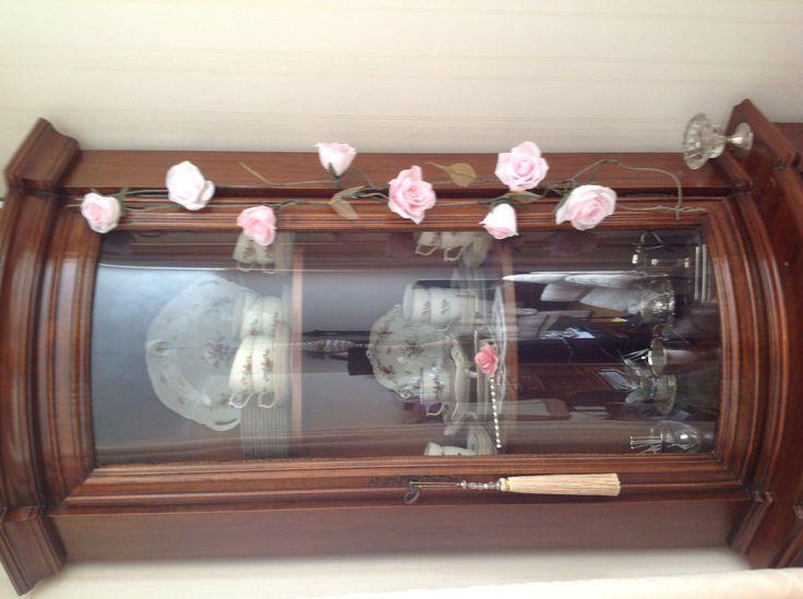 Slinger gemaakt van rozen van crêpepapier.