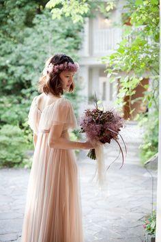 花冠と合わせたい乙女チックなエンパイアドレス♡ ナチュラルでセンスがいいカラードレスの参考一覧。