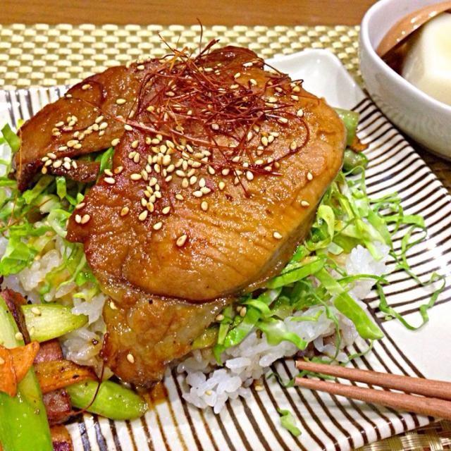 今日は豚丼とごどうふが晩ご飯♡ ごどうふって、佐賀県では有名なお豆腐です。黒蜜をかけていただきます! もちっとして、デザート感覚です。  毎日、何の晩ご飯を作ろうかなぁ…って悩みません?σ(^_^;) なるべく買い物せずに…と頑張ってますが…(笑) でも、卵や牛乳がなくなりそうになった時に買い物に行ったら、ついつい買い過ぎちゃう私ですσ(^_^;) - 65件のもぐもぐ - 今日は、豚丼にごどうふが晩ご飯〜 by taepyonpyon