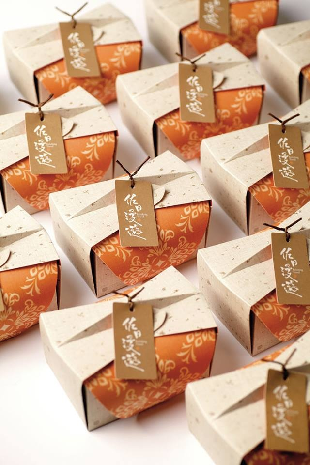 + Design de embalagem :   Projeto interessante, da ANGLE Visual Integration, para o bolo de abacaxi da Relishing Travel.
