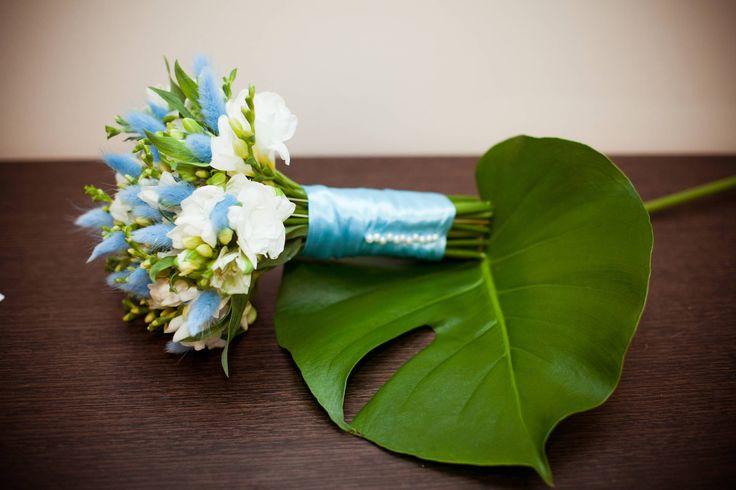 Букет невесты, голубая свадьба. Фрезии, альстромерии и сухоцвет