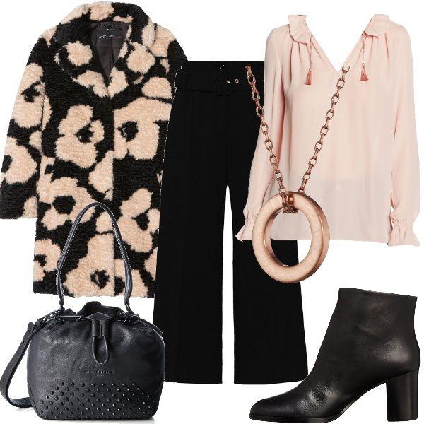 Questo outfit è tutto sui toni del rosa e del nero. La camicia, con collo a ruches, è abbinata ai pantaloni palazzo con cintura in vita. Il cappotto, con fiori rosa su sfondo nero, è abbinato ai tronchetti e al secchiello. Completa il look una collana con ciondolo rosa.