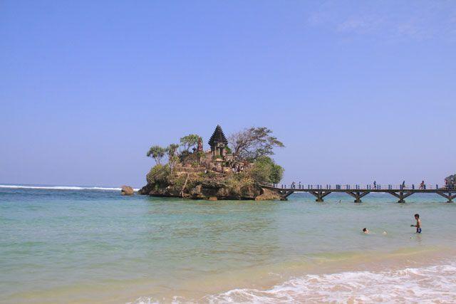 Pantai-pantai di Selatan Malang memang eksotis. Salah satunya adalah pantai Balekambang. Duduk-duduk dan bermain pasir sangat menyenangkan di sini, apa lagi sambil dibelai ombak. Di pantai ini terdapat sebuah pura yang digunakan umat Hindu beribadah.
