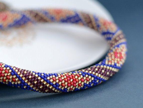 Cette perle au crochet collier avec saveur orientale faite de perles de rocaille japonaise de haute qualité. Jai utilisé des couleurs riches : Matte Cobalt, Silver Lined lumière or, améthyste et Matte Cherry. Et cest vraiment luxueux bijoux. Orné de tasses et fermoir fabriquée aux Etats-Unis. Épaisseur - 0,4 po (1cm).  Longueurs - 18 (45 cm).    Tous mes colliers et bracelets sont faits dans la technique de la perle-crochet et que par mes propres créations.  Je suis collecte des perles pour…
