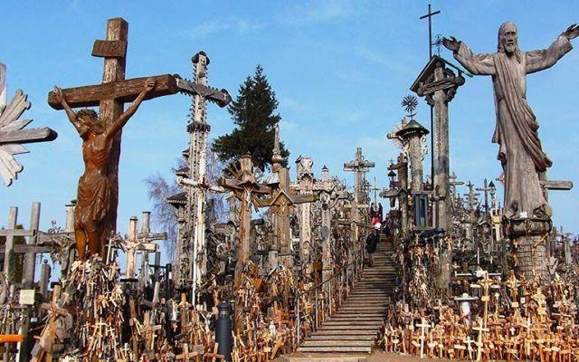 Un luogo unico: La Collina delle Croci Un luogo davvero singolare, La Collina delle Croci si trova in Lituania, ed attira visitatori da ogni dove. La Collina custodisce oltre 400.00 Croci che simboleggiano la grande fede e devozione del l