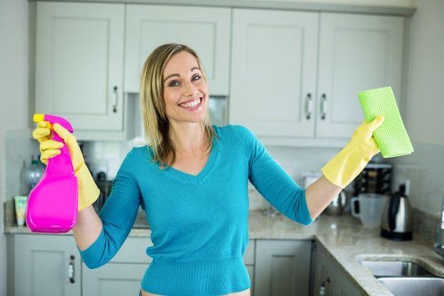 Mujer Limpiando Su Casa Foto Gratis Gabinetes Cocina Limpiar La Casa Mujer Tomando Cafe