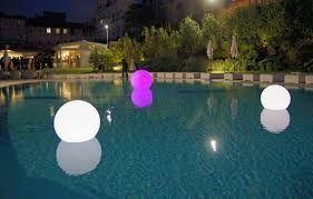 Illuminazione piscina per ricevimento di nozze