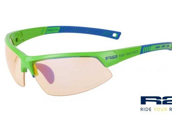 R2 AT063 D sport napszemüveg. Zöld keretét grilamidból gyártották értékes tulajdonságai miatt. Könnyű, erős és formatartó, ezen kívül rendkívül ütésálló. OLVASS TOVÁBB!