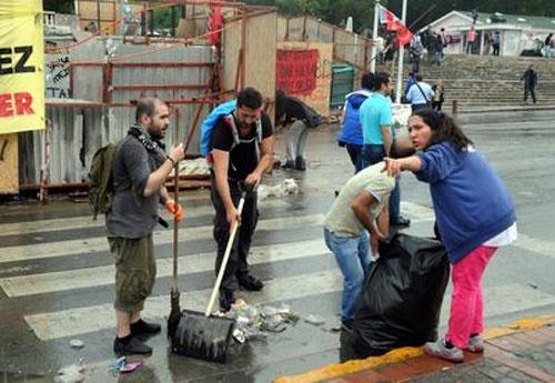 Taksim ve Gezi Parkı'nda eylemcilerden temizlik seferberliği