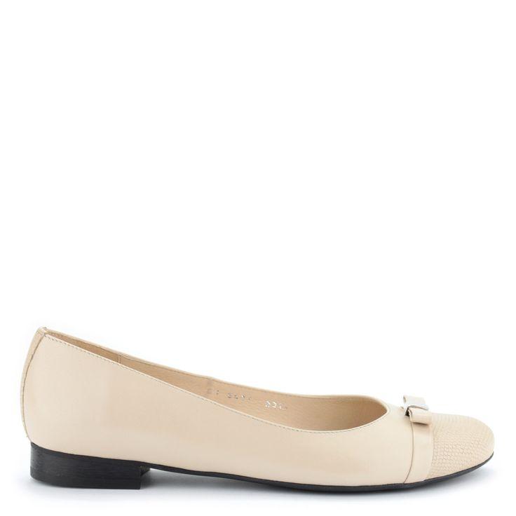 Elegáns, bézs színű lapos női cipő | ChiX.hu cipő webáruház Bézs színű elegáns lapos női cipő bőr felsőrésszel és bőr béléssel. Orra mintás, elejét masni díszíti. Márka: Kotyl Szín: Bézs Modellszám: 3417 BEZ LI BEZ KRO