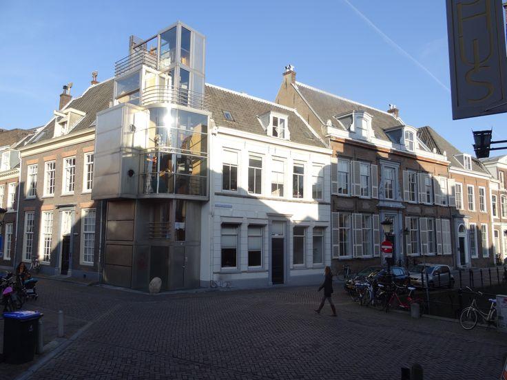 Hoekhuis met Kromme Nieuwe Gracht 2. Architect Hans Sluimer (2002). Tegenover het Polmanshuis, Keistraat 2. Dit kavel is slechts drie bij vijf meter groot, maar het uiteindelijke gebouw heeft een (bruto) vloeroppervlak van 117 m2. De schijnbaar nutteloze hoek van de Drift en de Kromme Nieuwe Gracht werd zo opnieuw de plek van een woonhuis. - Zelf gemaakte foto: 18-02-2015