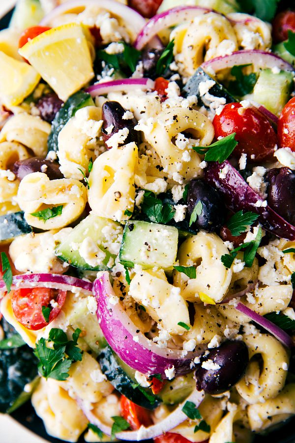 Perfect NO MAYO SALAD for a hot weather get-together!! Simple Greek tortellini pasta salad with a healthier (no mayo) dressing. Feta, cucumbers, cherry tomatoes, red onions, kalamata olives, and delicious cheese-filled tortellini. From chelseasmessyapron.com